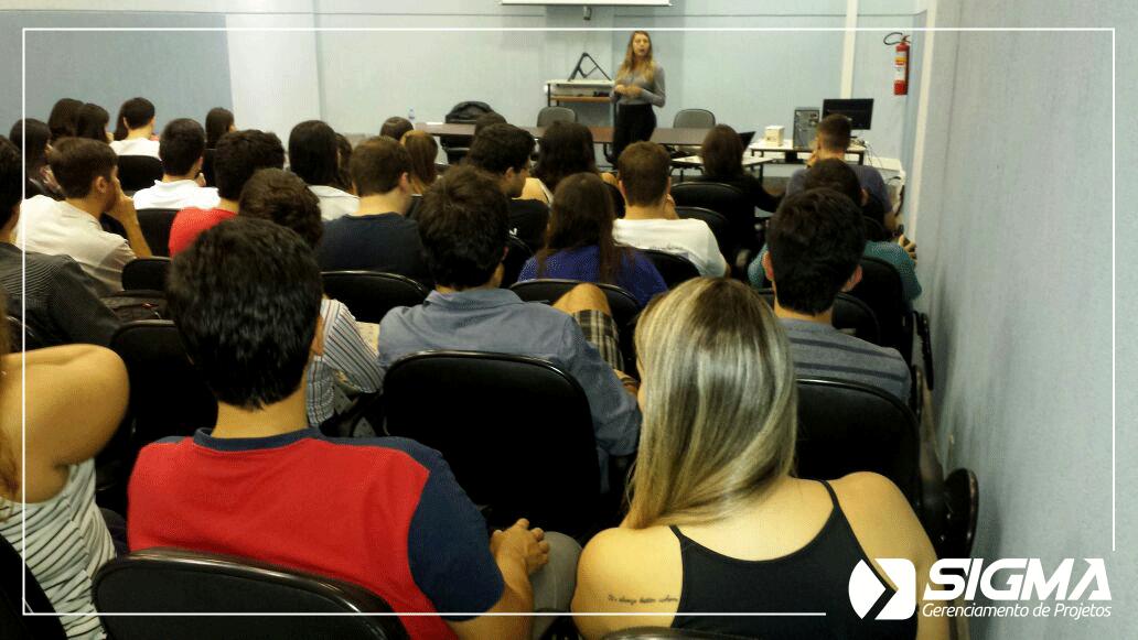 alunos assistindo uma palestra